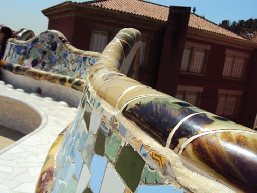 Le banc en mosaique du parc Guell à Barcelone (Espagne)