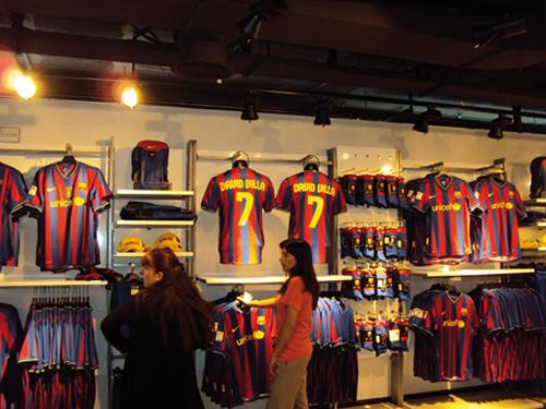 La boutique officielle du FC Barcelone au Camp Nou (Espagne)