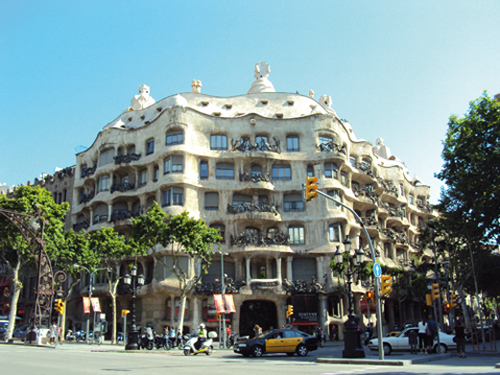 La façade de la Casa Milà à Barcelone (Espagne)