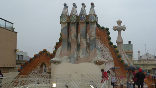 Le toit de la casa Batlló à Barcelone (Espagne)