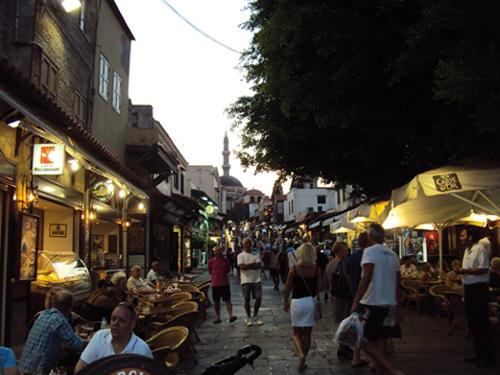 Rue des restaurants avec des rabatteurs à Rhodes (Grèce)