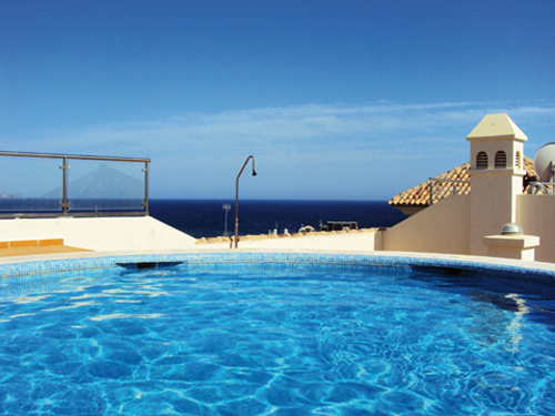 La piscine des Apartamentos Plaza España à Nerja (Andalousie-Espagne)