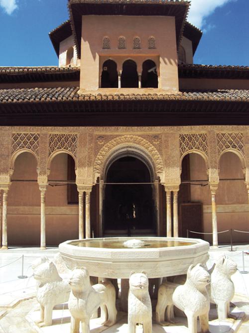 La place des Lions des Palais Nasrides de l'Alhambra de Grenade (Andalousie-Espagne)