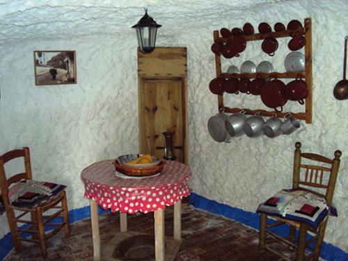 La salle à manger d'une grotte dans le Sacromonte de Grenade (Andalousie-Espagne)