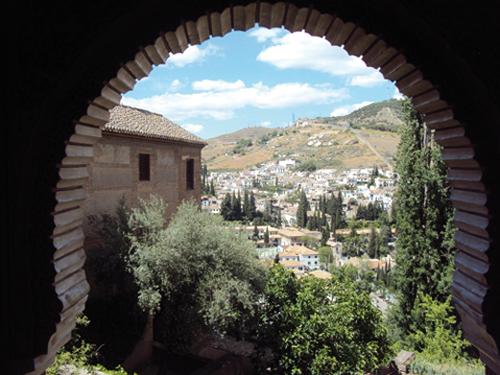 Vue depuis les palais Nasrides sur le quartier du Sacromonte de Grenade (Andalousie-Espagne)