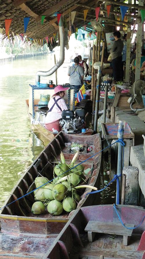 Les barques du marché flottant de Khlong Lat Mayom à Bangkok