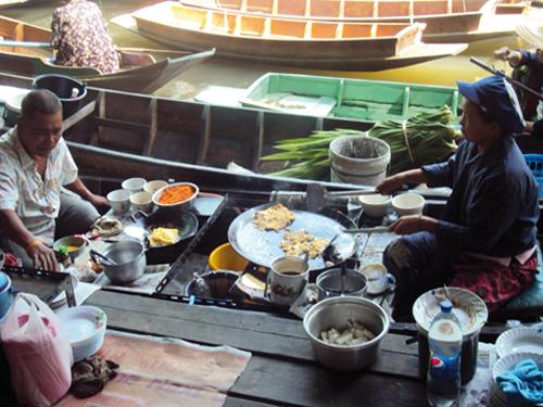 Barque cuisine au marché flottant de Bangkok