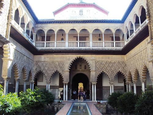 Un des patios de l'Alcazar de Séville (Andalousie-Espagne)