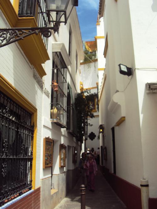 Petite ruelle dans le quartier de Santa Cruz de Séville (Andalousie-Espagne)