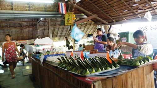 Le marché flottant de Khlong Lat Mayom à Bangkok (Thailande)