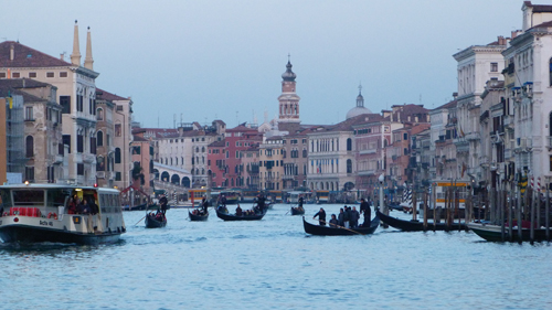 A Venise il y a toujours du monde sur le Grand Canal
