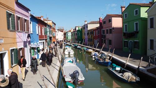 Les maisons colorées près des canaux de Burano (Venise Italie)