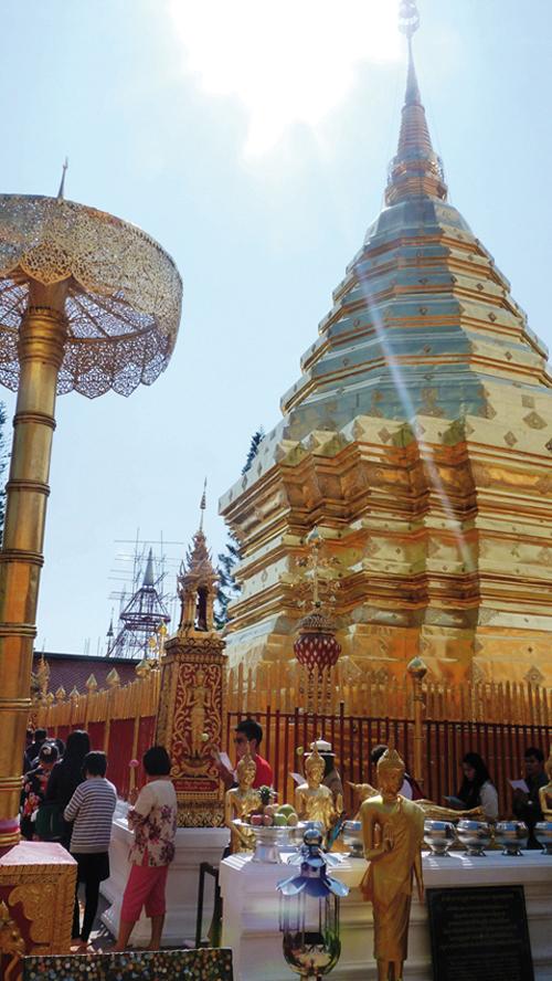 Prières autour du Chedi de Doi Suthep