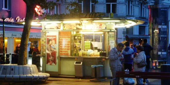 Un kiosque à saucisse sur la place Schwedenplatz de Vienne