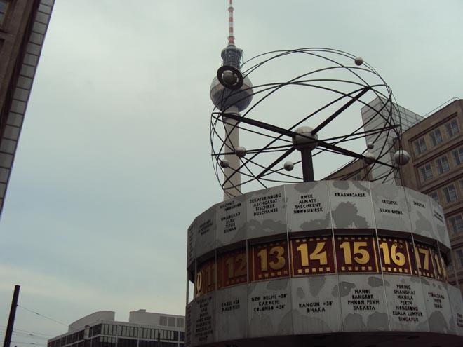 L'Horloge universelle Urania et la tour de la télévision à Berlin