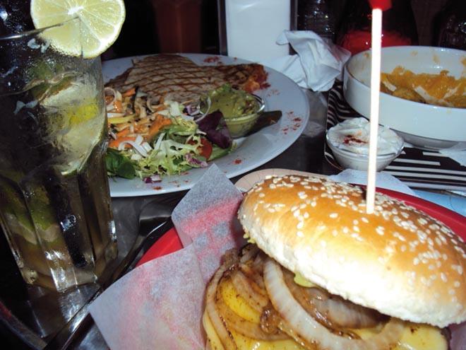 Burger au restaurant punk/hawaïen Tiki Heart dans le quartier de Kreuzberg