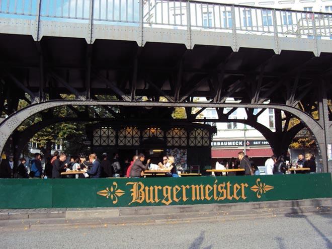 Burgermeister est un lieu insolite pour manger des burgers à Berlin