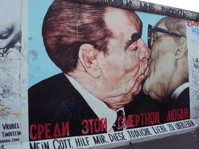 Le fameux baiser entre Honecker et Brejnev à East side gallery