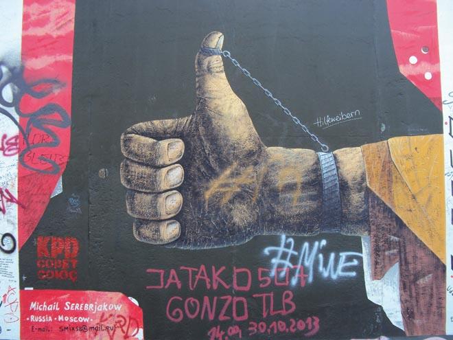 Street art en faveur de la paix sur East Side Gallery à Berlin