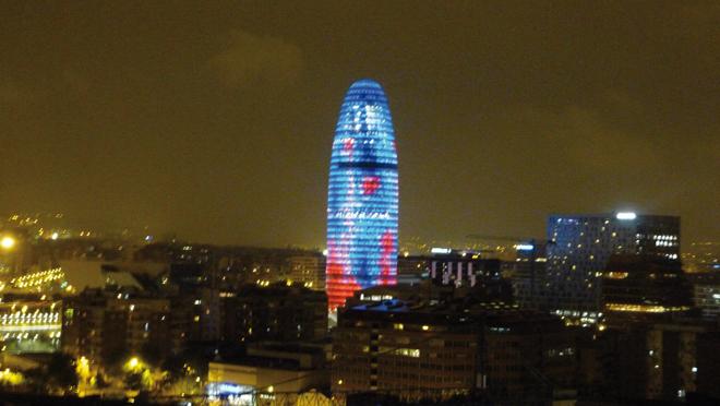 La vue magique de nuit sur la tour Agbar de Barcelone