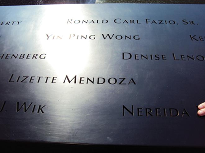 Les noms des disparus sont gravés autour des deux bassins du Memorial 9/11 de New-York