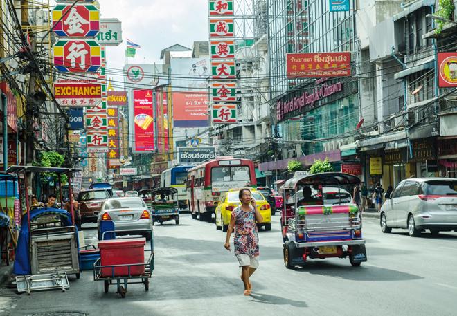 Une allée commercante de Chinatown à Bangkok