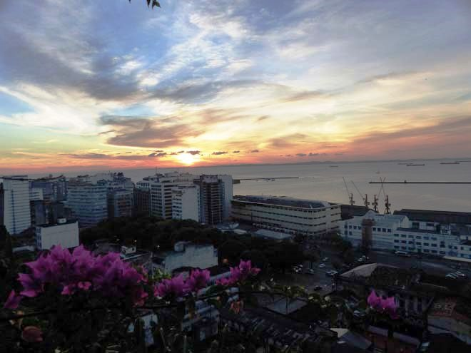 Le coucher de soleil sur la baie, depuis les hauteurs de Salvador