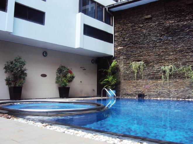 La piscine de l'hôtel Royal Président à Bangkok