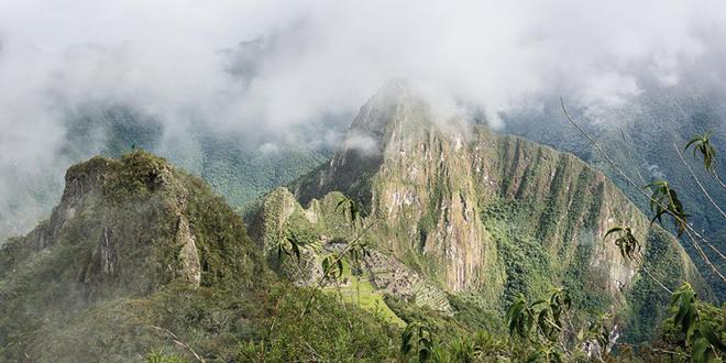 vue sur le Machu Picchu depuis les chemins escarpés de La Montaña