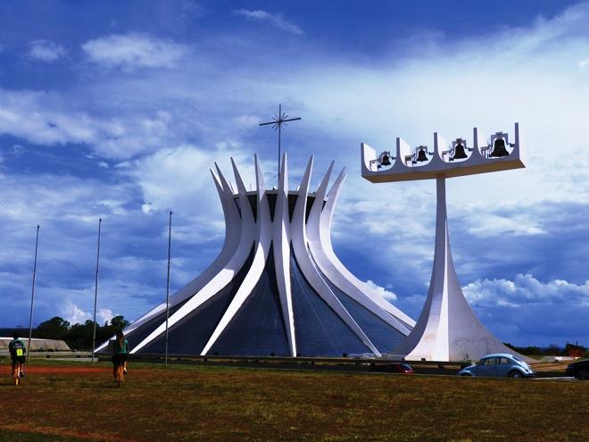La Catédral Metropolitana de O.Niemeyer à Brasilia