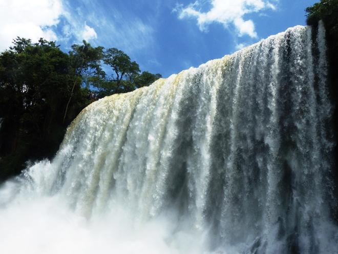 Le bas de la cascade Salto Bossetti dans parc national d'Iguazu en Argentine