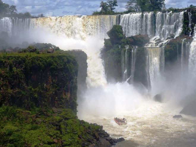 Les bateaux s'approchent au plus près des chutes d'Iguazu