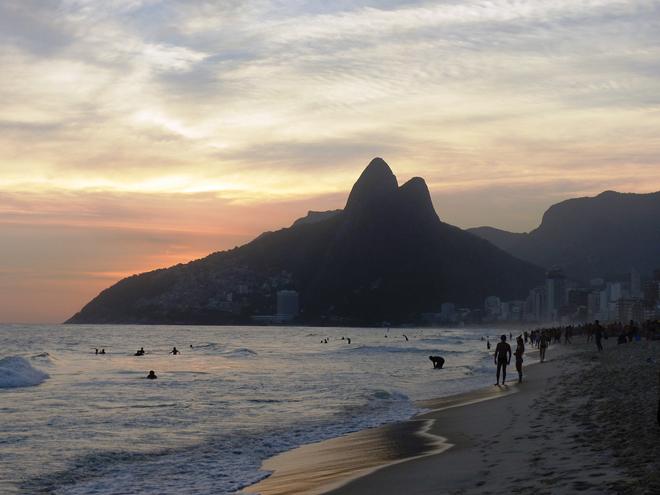 Coucher de soleil depuis la plage d'Ipanema de Rio de Janeiro