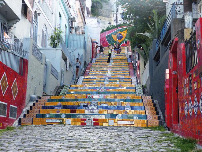 L'escalier Selarón très coloré dans le quartier de Lapa à Rio de Janeiro
