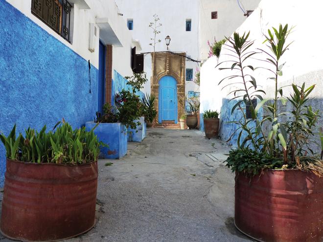 Une ruelle colorée dans la kasbah des Oudayas à Rabat