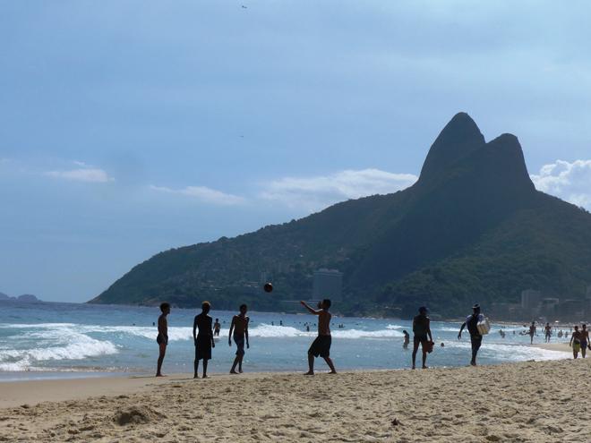 Séance de jonglages sur la plage de Ipanema à Rio de Janeiro