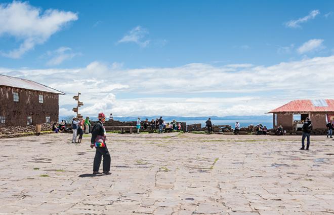 La place centrale de l'île de Taquile, où se côtoient touristes et locaux.