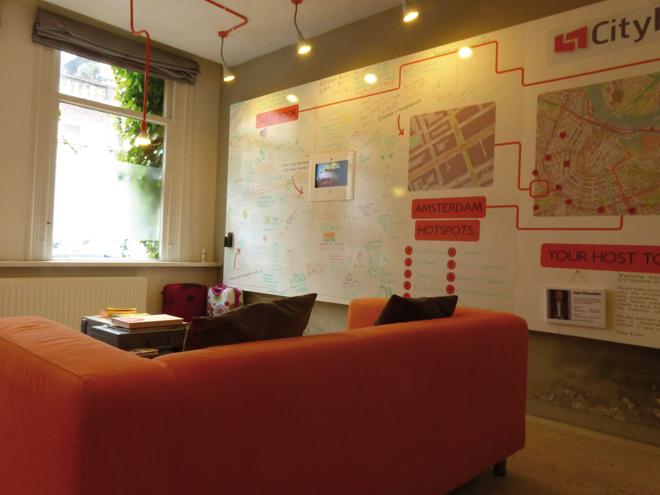 La pièce de vie principale du CityHub à Amsterdam