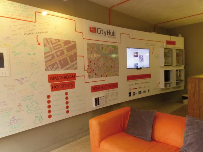Le mur interactif de l'hôtel insolite CityHub à Amsterdam