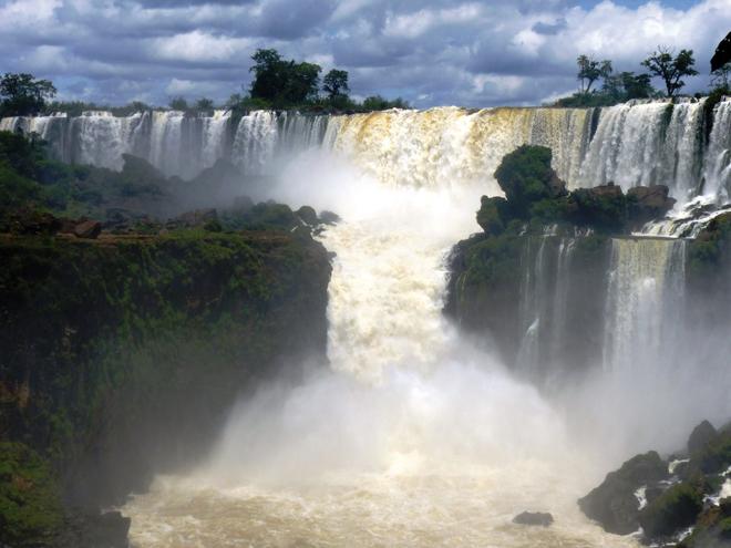 Une des nombreuses cascades des chutes d'Iguazu