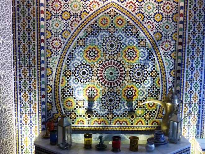 La magnifique fontaine dans le patio du riad Adarissa de Fès