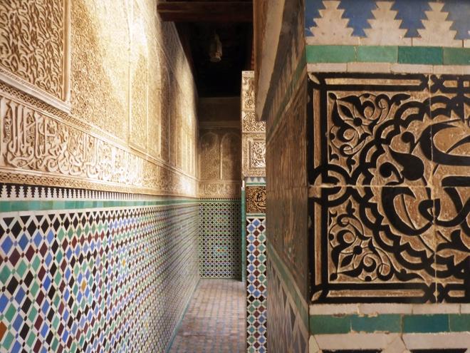 Les murs revêtus de mosaïques et d'écritures de la médersa Attarine à Fès