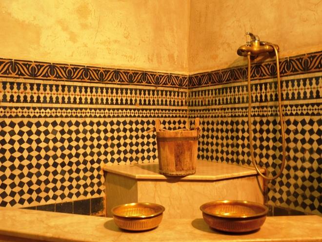 Une grande douche avec son lot d'accesoires dans le riad Adarissa à Fès