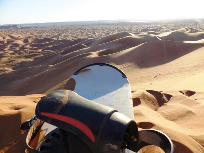 Sandboarding dans le désert de Merzouga au Maroc