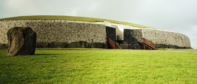 Newgrange l'un des principaux sites préhistoriques de Brú na Bóinne en Irlande