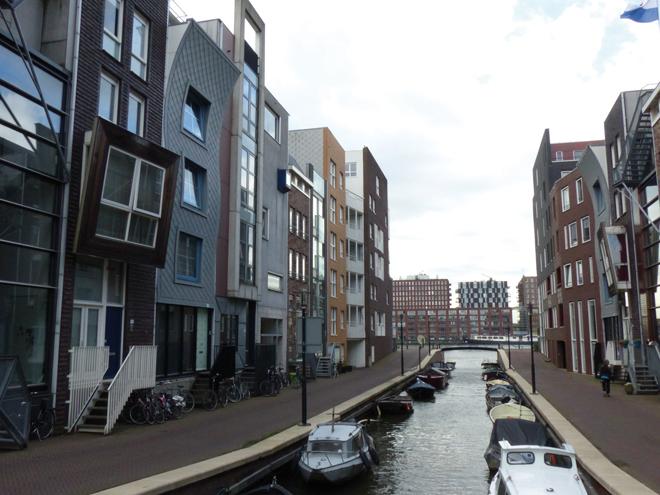 Amsterdam regorge de batiments moderne comme ici ces maisons à l'architecture biscornue