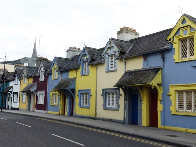 Quelques maisons colorées dans le centre ville de Trim en Irlande