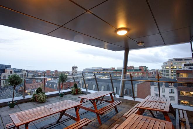 La très sympathique terrasse du Jacobs inn hostel à Dublin