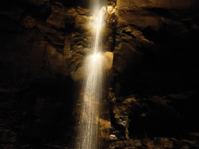 Une cascade au beau milieu de la grotte Aillwee dans le Burren
