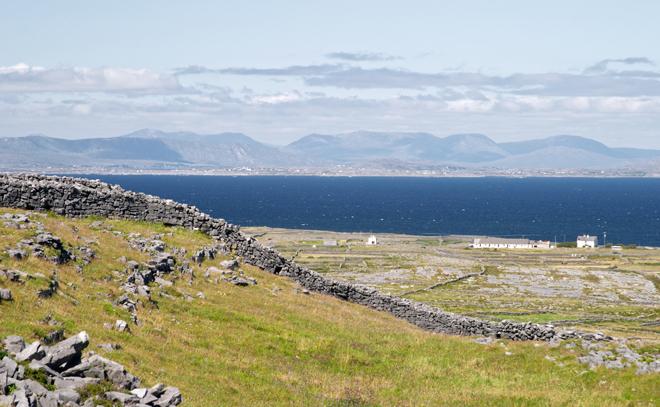 Un magnifique paysage sur une des îles d'Aran au large de l'Irlande